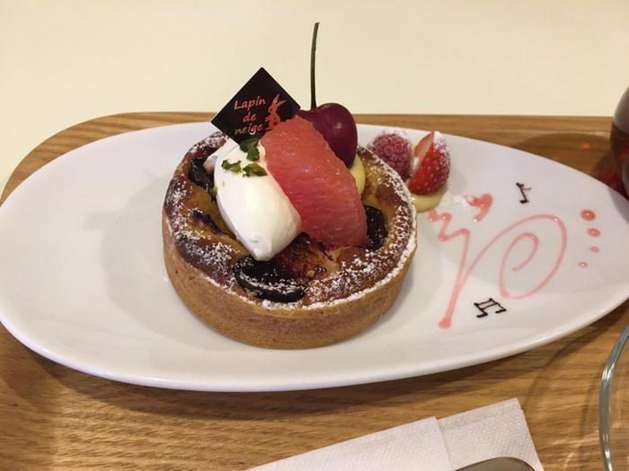 函館で今評判のケーキショップといえば「ラパン・ド・ネージュ」です。東京で修行を積んだ函館出身のパティシエが、2011年にオープンしました。店内にはイートインスペースがあり、ドリンクとケーキをセットで楽しめます。