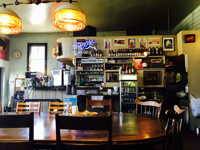 1976年のオープン以来40年以上、函館っ子に「カリベビ」と呼ばれて親しまれる老舗カフェレストラン。アメリカ西海岸をイメージした内装がおしゃれです。