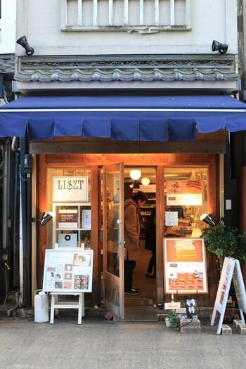伝法院通りにある「LISZT(リスト)浅草店」は、古い日本家屋を改築した浅草らしいお店。チョコレートスイーツが評判で、連日多くのお客さんが訪れています。