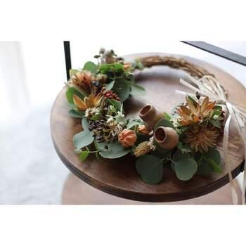 スワッグやリースも、実のある植物を使ったものだと秋めきます。インテリアのアクセントにしたり、クリスマスに向けてデコレーションしても楽しそう。