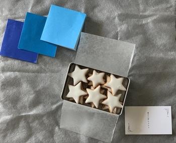 小さな星型のクッキーが入った「夜空缶」もおすすめ。箱に入っている折り紙にクッキーをのせると、夜空のように。おうちで食べるシーンまで想像して作られているこだわりに感動です。