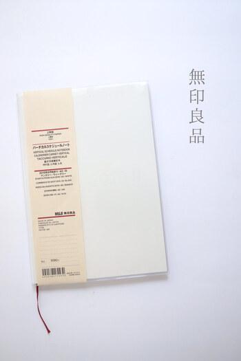 シンプルなデザインの無印良品の手帳。マンスリー、ウィークリー、バーチカルタイプなどレイアウトもサイズも豊富で、自分に合った手帳を選ぶことができます。お好みでカバーをつけてアレンジするのも素敵です。 ※画像は2019年版の手帳です。