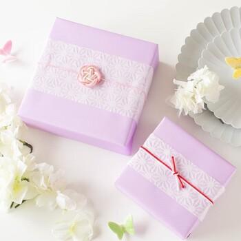 """おめでたい出来事を周囲の人たちと共に祝えたらお互いに嬉しいものです。結婚、出産、引っ越し、入学、発表会……お祝いにステキなプレゼントや温かい言葉を贈ってもらったら、""""ありがとう""""の思いをまたお返しして幸せを分かち合いましょう。 お見舞いや法事のお礼も日本ならではの人と人をつなぐ習慣です。"""