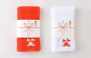 """品質の良さで知られるタオルの産地、大阪泉州で作られたおめでたいタオル。「御祝」の熨斗付き。しかも""""笑う門には福来たおる""""と、クスッと笑えるダジャレが利いています。"""
