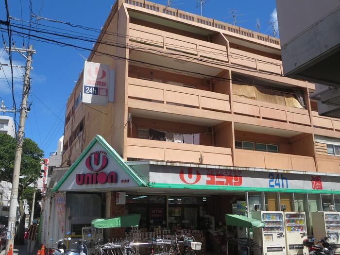 """""""今あいてます""""""""ユニオンですから""""の店舗イメージ通りに、県内初の年中無休の24時間地域密着型スーパーとして地元の方々に親しまれている「フレッシュプラザ ユニオン」。沖縄県内に17店舗もあるので、旅先で気軽に立ち寄れるだけでなく、夜遅い時間でも買い物ができるのも魅力的。"""