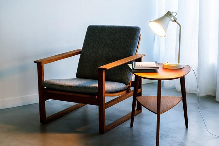 コンパクトサイズなので、サイドテーブルにも置きやすいでしょう。ソファーの横やベッドサイドなどにもしっくり馴染んでくれます♪