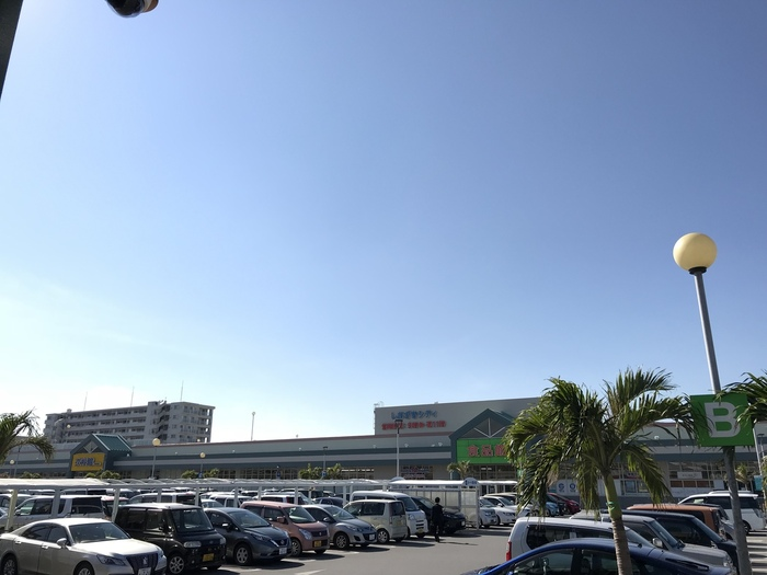 地域に密着した、総合小売業を展開している株式会社サンエー。食料品を扱っているサンエー V21食品館は、県内のいたるところにあり、ショッピングセンターに併設されているところも多いので、買い物がてら立ち寄れて便利です。