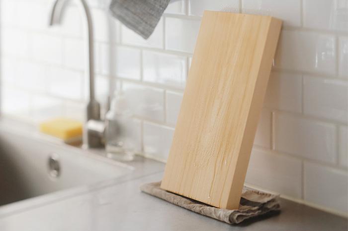 「木のまな板」や「竹のざる」などの木製の道具は、軽く洗ったあとに水気をしっかりと拭き取ります。こんなふうに立てかけておくのも良いのですが、日光に当ててあげればしっかりと乾いて、殺菌にもなってくれるのです。