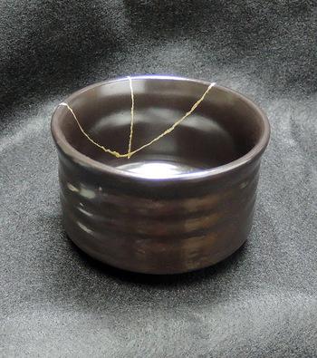 「金継ぎ」とは漆で陶器の欠けた部分をつけ、その上から金を塗る日本伝統の補修技法。初心者向けのキットやワークショップも開催されているので、ぜひトライしてみて。