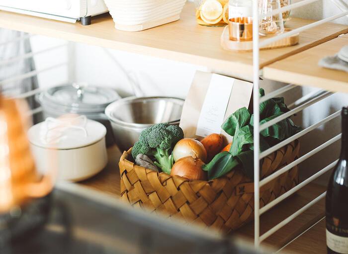 飴色の幅広ウッドチップを編み込んで作られたバスケットは、ナチュラルな雰囲気の家具と相性が良いアイテム。 また、食材をストックしておいたり、茶托や布巾などの小物をまとめておくなど、キッチン収納でも活躍します。通気性の高さを活かして、じゃがいもや玉ねぎといった常温保存できる野菜の保管にも◎。