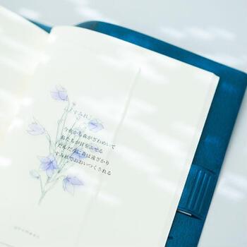"""こちらは、押し花を挟んだようなデザインのしおりです♪透明なアクリル板を使用し、本の文字が透けて見えるのがおしゃれなポイント。""""永遠の愛""""という花言葉を持つキキョウが描かれています。"""