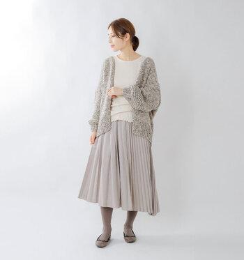 近年のトレンドとなっているプリーツスカートも、縦のラインを作ってくれる優秀アイテムです。丈は、足首が見えるくらいにすると、バランスよくほっそりと見えます。