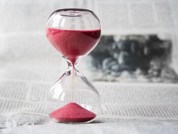 忙しくて、あるいは仕事で疲れてしまい読書ができない、という方は、毎日の生活を少し振り返ってみましょう。「忙しいけれどSNSやネットサーフィンには没頭している」、「仕事後はぼーっと長時間テレビを見てしまう」といった場合は、読書のためのスキマ時間を作るチャンスです。時間を長く取る必要はありません、5分だけでもいいので読書できる時間を探してみましょう。