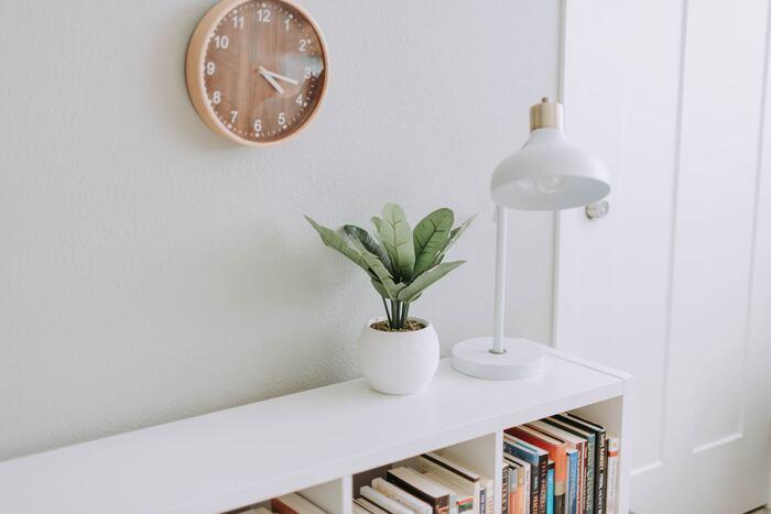 """毎日少しずつ続けていくと、習慣化されてよりスムーズに読書に取り組めます。寝る前や朝起きたときなど、生活の中の決まった時間に読書を組み込んでいくのもおすすめ。""""この時間は読書""""と決めれば、当たり前のことのように読書できるようになるでしょう。時間を決めるときには、長すぎないこともポイント。無理のない範囲で習慣化することが大切です。"""