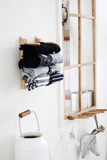 100均などでも手に入る木製のお皿立てを壁に取り付け、靴下収納にするアイデアです。クローゼットの近くや身支度しやすい場所に設置すれば、パッと取り出せますね。子供の靴下収納にもおすすめのテクニック♪