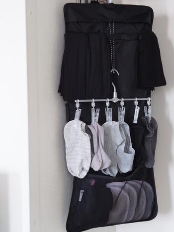クローゼット用収納ポケットを使って靴下を収納している実例です。ピンチ付きハンガーを取り付けて、フットカバーなど小さな靴下を吊るしています。引き出しがなくても靴下をクローゼットにしまえるアイデアですね。