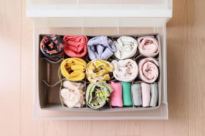 仕切りがたくさんついた整理ボックスに靴下をしまっている実例です。1つずつ仕切られているので中で乱れることなく、取り出しも楽チン。タイツやフットカバーなど種類の違うものも見やすく収納することができますよ。