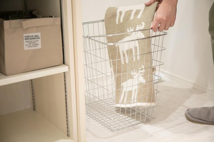 つやのあるクロームメッキが素敵な、「とみおかクリーニング」の洗濯カゴ。お洗濯にはもちろん、食材のストックや雑誌類の収納など、マルチに使えるアイテムです。丈夫で、3サイズがあるのも嬉しいポイント。お洗濯のときだけでなく、さまざまな用途で長く使いまわせそうですね。