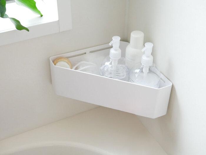 こちらも同じく、「YAMAZAKI(ヤマザキ)」のバスアイテム。マグネットで底を浮かせて、コーナー部分にくっつけるタイプのトレイです。洗顔料などの小さなサイズのものや、ちょっとしたケアアイテム、赤ちゃんやお子さんのいるご家庭では沐浴グッズやおもちゃなどの収納にも使えそう。底がスリットになっているので、水切りもしっかりできて衛生面でも安心です。