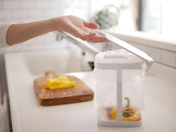 調理の下準備をするときに出る野菜の皮やへたなどの生ゴミは、まとめてぽいっと捨てられると手間が省けます。シンプルで実用的なインテリア雑貨のメーカー「YAMAZAKI(ヤマザキ)」の蓋付きポリ袋エコホルダーは、ポリ袋を取り付けて簡易ゴミ箱のように使うことができます。作業している横に置けるのでゴミも捨てやすく、ペットや小さいお子さんがいるご家庭でも手が届きにくく安心です。蓋は簡単に外すことができて、お手入れも楽チン。清潔を保ちやすい、便利なアイテムです。