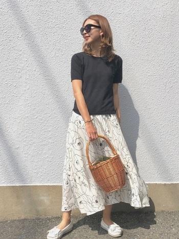 線画が素敵な花柄スカートは、シンプルなTシャツと、スカートと同色のシューズでシンプルなモノトーンコーデに仕上げましょう。さし色にナチュラルなかごバッグを合わせれば、程よいカジュアル感も加わります。