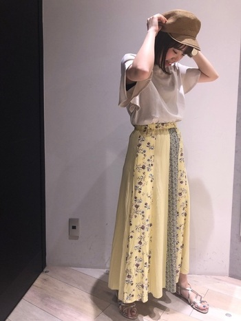 綺麗なライトイエローの花柄スカートは、スカートが主役なので他はシンプルに。サンダルをシルバーにすることで清涼感やトレンド感も演出することが出来ます。