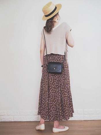夏らしいカンカン帽には、少女時代の夏休み風にならないようにベストを合わせると好バランス。ブラウンの花柄スカートと馴染むように淡いベージュ系のベストを選ぶのもポイント。