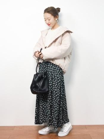 ちょっとだけ可愛らしく着こなしたい日は、淡い色のショートダウンに締めカラーの花柄スカートを合わせること。小物は全体のバランスを見て、白にするか黒にするか考えましょう。