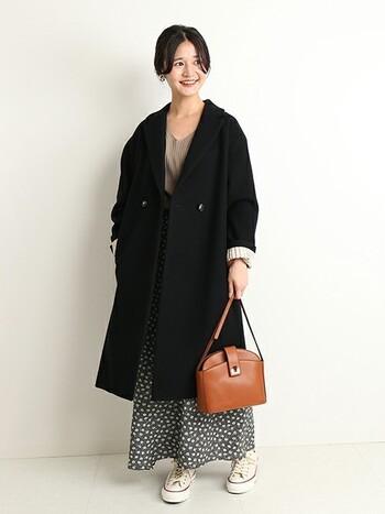 大人の休日スタイルにまとめるなら、ロングコートを合わせるのがお勧め。足元はスニーカーで外しつつ、バッグはかっちりレザー&さし色のキャメルを投入。コートの袖を少しだけロールアップして抜け感を作るのもポイント。