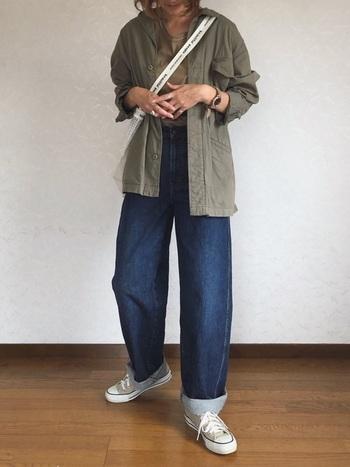 裾をロールアップしても綺麗にシルエットが出ます。ベージュのコンバースやトレンドのPVCバッグとと合わせて軽やかに。