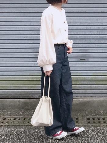 カーブジーンズは腰回りがスッキリしているので、ふんわりトップスをインして着てもサマになります。