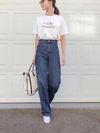 カーブパンツはシルエットが綺麗なのでシンプルなTシャツスタイルもおしゃれに。パリシックなムードが漂うこなれたコーディネートもお手の物です。