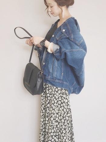 定番のデニムジャケットも、花柄スカートで一気に今年顔に。黒ベースでまとめれば幼さが残らない、ひとつ大人のカジュアルコーデに◎