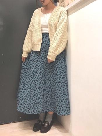 肌寒い日に何かを羽織るならトレンドのざっくりニットカーデがおすすめ。素敵なブルー系の花柄スカートには、やっぱり白がお似合いです。靴を濃い色にすることでコーデがぐっと引き締まります。