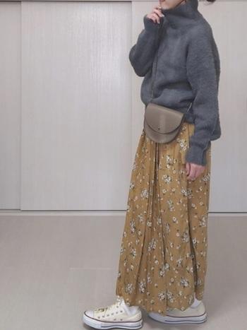 コーデが難しそうに見えるマスタードの花柄スカートは、万能色のグレーニットを合わせれば間違いなし。足元は白のローカットで外しましょう。