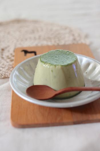 いつも作るおうちプリンに飽きたら、こんな抹茶味の大人プリンもいいかも!シンプルな素材の味とやさしい緑色に癒されます。