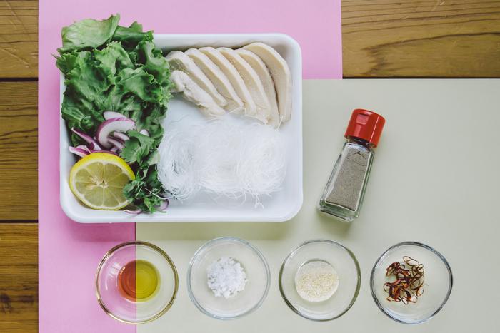 ・お湯で戻すタイプの春雨 24g ・蒸し鶏(サラダチキン) 40g ・玉ねぎ 10g ・レタス菜 2枚  合わせ調味料(エスニックスープの材料) ・水 200ml ・鶏ガラスープの素 小さじ1 ・ニョクマム(ナンプラー) 小さじ1 ・レモン汁 小さじ1 ・砂糖 ひとつまみ ・胡椒 少々(3g)