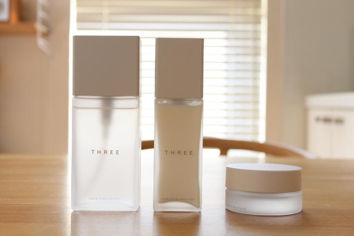 化粧水と乳液は保湿成分がたっぷりで肌に優しいタイプを選びましょう。THREE(スリー)バランシングローションRは、厳選したボタニカルウォーターにバリア機能をサポートするノニ果汁を配合した、肌あたりのやわらかなローション。エマルジョンRは、まろやかなテクスチャーで潤いに満ちた透明感のあるハリ肌に導きます。