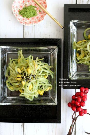 茹でた豆もやしに、抹茶パウダーをまぶしたナムル。うす緑色が見た目にもキレイです。