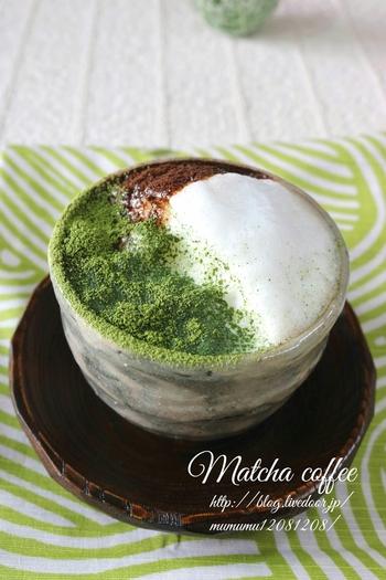 カフェラテに抹茶パウダーとコーヒーの粉末をふりかけて。白・緑・茶の3色の配色を楽しみたい。