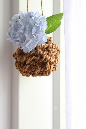 写真のものは市販の花カゴですが、この中に瓶を忍ばせてテグスで吊るすアイデアです。光が差し込む窓辺でゆらゆら、お花もなんだか気持ち良さそうです。