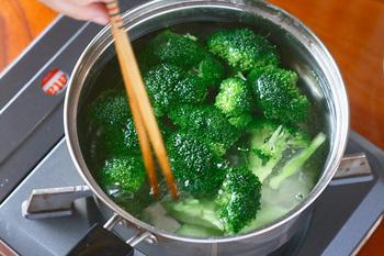 食材の下茹でにはいろいろな目的があります。 ブロッコリーはきれいな色を出すために、こんにゃくはアク抜きのために。他にも食材に味をしみこみやすくするために、前もって下茹でをしておく場合もあります。 下茹でをしたら水っぽくならないように一度しっかりと冷ますことも大切。そのひと手間で仕上げの味も変わってきますよ。