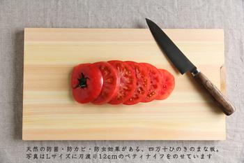 ひのきを使ったまな板も日本の伝統的な調理器具です。ひのきの木目の美しさだけではなくその香りは、料理をしている間も心地よい気分にさせてくれます。またひのきのまな板は程よく柔らかいので、包丁の刃が傷みにくく長持ちしたり、包丁を持っている手も疲れないといわれています。食材もまな板の上で滑らないので、手早く下ごしらえができますね。