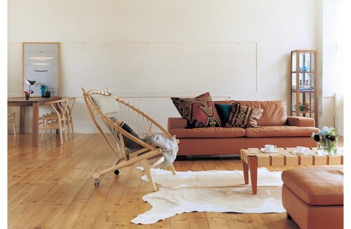 優雅な曲線美と、ハンモックのように優しく包み込むような座り心地が魅力のサークルチェア。ひとつ置くだけで、お部屋の印象をがらりと変えるほどのインパクトがあります。大きな椅子ですが、軽量なうえキャスター付きなので移動もラクにできるのだそう。頑張った自分をいつも癒してくれる場所…リラックスタイムの相棒としてお迎えしたい、そんな暮らしに寄り添う名作椅子です。