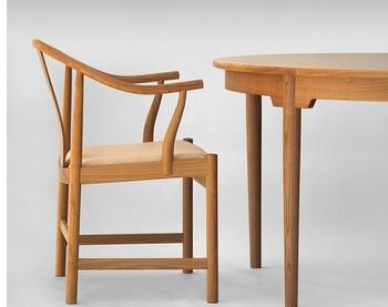 後に数々の名作が誕生したウェグナーの椅子ですが、この作品がなければ、それらは生み出されなかったのではと言われているチャイナチェア。その横顔も、凛とした端正な美しさです。
