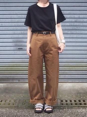 ユニクロのカーブパンツはシルエットが本当に綺麗。Tシャツと合わせてシンプルに着てもサマになります。上下ともメンズライクなアイテムを着用していますが、パンツがブラウンなので柔らかみが出ます。