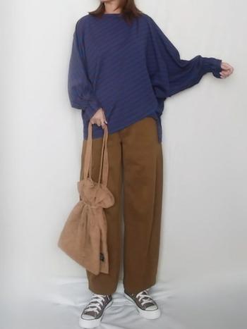 ゆったりとしたトップスを合わせたリラックススタイル。ブラウンのカーブパンツをチョイスしたことでコーディネートに女性らしさを感じさせます。
