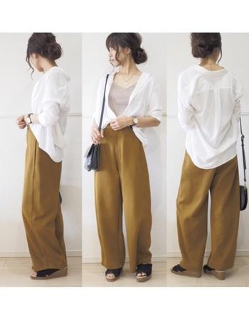 ブラウンのカーブパンツは白シャツとも相性◎。清潔感のある秋のスタイルに仕上がります。