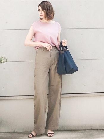 ベージュのカーブパンツは、上品な印象でスラックス感覚で履けますよ。少し綺麗めなコーディネートをしたい時にもお役立ち。