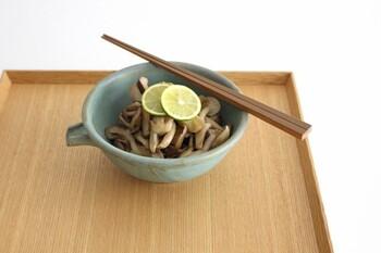 九州の竹を使用。一見正方形のようですが、微妙に長方形になるように整えられていて、手になじみやすくなっています。竹は木に比べると細く削っても折れにくいため、箸先は細く整えられていて、お米一粒でもつかみやすいのが特徴です。